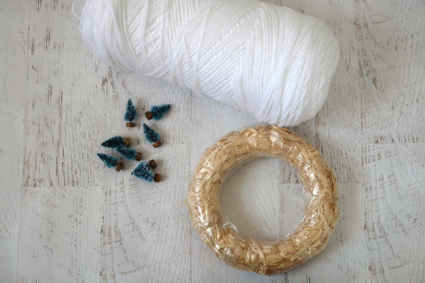 How to Make a Simple Yarn Christmas Wreath